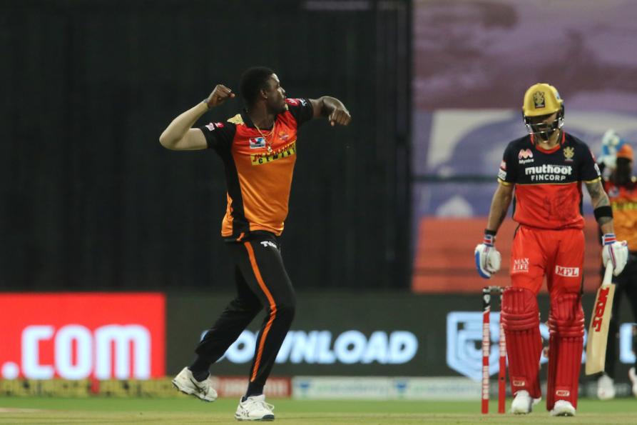 Virat Kohli dismissed by Holder for 6 runs