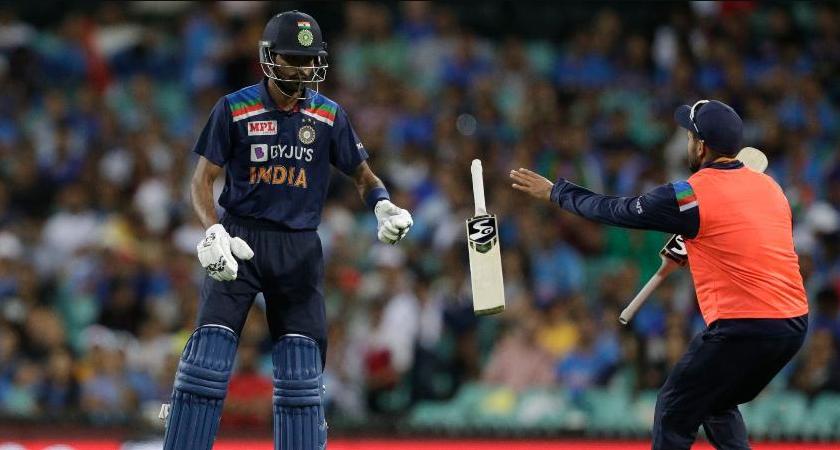 Hardik Pandya changing bat in 1st ODI against Australia
