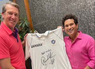 Sachin gifted an autographed India Test jersey to Glenn McGrath.