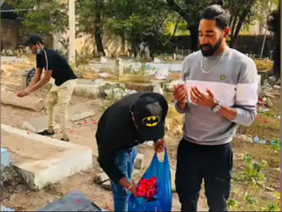 Siraj pays tribute to his father's graveyard
