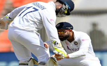 Play stops as bails were missing, found inside Rishabh Pant's glove