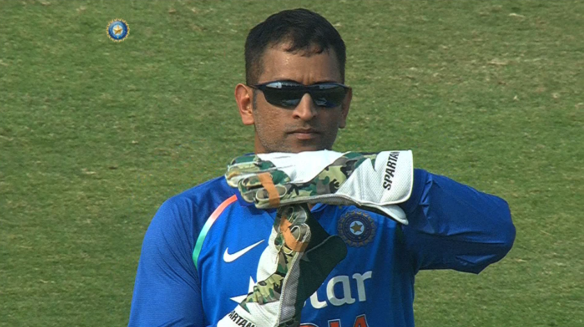 Dhoni calling for DRS