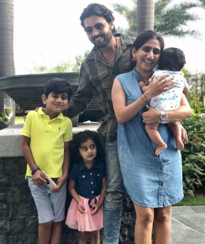 Murali Vijay along with his Wife Nikita Vijay and their three childrens